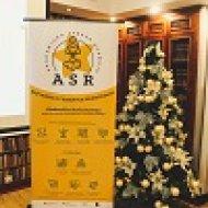 Zdjęcie przedstawia choinkę, a obok niej stoi żółto-biały baner ASR