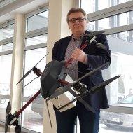 Dr inż. Robert Cichowicz wraz z aparaturę pomiarowo-próbkującą przenoszoną przez zdalnie sterowanego drona foto. Jacek Szabela