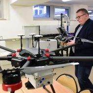 Dr inż. Robert Ciechowicz z dronami w laboratorium PŁ, fot. Jacek Szabela