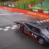 Pojazd Eagle Two z PŁ na mecie wyścigu pojazdów elektrycznych napędzanych energią słoneczną iLumen European Solar Challenge.