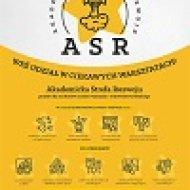 Zdjęcie przedstawia plakat ASR. Góra plakatu jest szara z żółtą gwiazdą i rakietą. Dół plakatu jest żółty i znajdują się tam ikony pokazujące ofertę projektu.