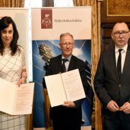 Podpisanie umowy PŁ z firmą Veolia Energia. Od lewej: Anna Kędziora-Szwagrzak, prof. Sławomir Wiak - rektor PŁ oraz Sławomir Jankowski