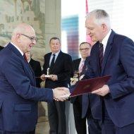 Prof. Jacek Ulański odbiera nagrodę od ministra J.Gowina. foto. Przemysław Blechman, MNiSW