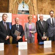 Uczestnicy podpisania umowy o prowadzeniu nowego kierunku - rewitalizacja miast przez PŁ i UŁ.