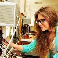 Studentka Pł w labortorium. Archiwum PŁ