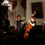 Justyna Grudzińska – kontrabas, Agnieszka Zick – fortepian, Dominik Domińczak – klarnet, Aleksander Stachowski - akordeon
