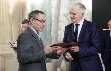 Prof. Henryk Sabiniak podczas wręczenia nagrody przez ministra NiSW - Jarosława Gowina. Foto. Archiwum MNiSW
