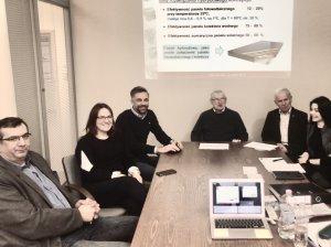 Zespół projektowy od lewej - z Wydz. Mech. PŁ - prof. P. Niedzielski, dr inż. M. Czerniak-Reczulska, z firmy FlexiPower Group - M. Post, z WEEIA – prof. Z. Lisik, mgr inż. Z. Szczepaniak, dr inż. K. Znajdek