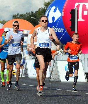 Na pierwszym planie prof. M. Wójcik na trasie maratonu warszawskiego, fot. arch. prywatne