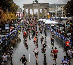 Ostatnie metry maratonu w Berlinie - 2019 r. prof. Wójcik w dolnej części zdjęcia (w białej koszulce)