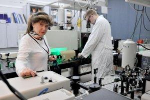 Prof. Halina Abramczyk w laboratorium na PŁ foto. Jacek Szabela