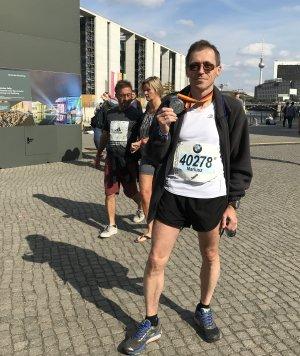 prof. M. Wójcik z medalem maratonu w Berlinie - 2018, fot. arch. prywatne