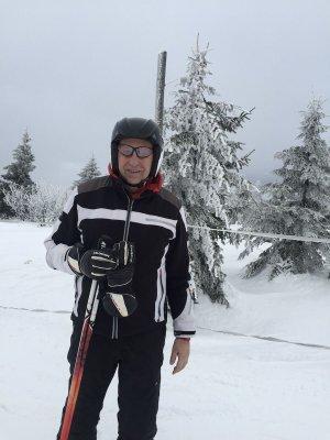 Prof. Piotr Kula w zimowej scenerii na nartach, fot. arch.prywatne