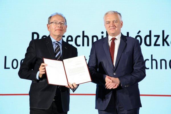 Z rąk ministra Jarosława Gowina list gratulacyjny odebrał prorektor ds. nauki prof. Ireneusz Zbiciński foto: MNiSW