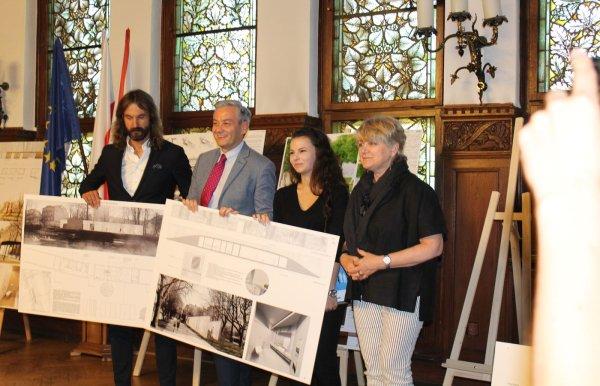 Aleksandra Kozłowska, druga od prawej, wsród jury podczas wręczania nagrody. Foto. Maciej Kacprzak
