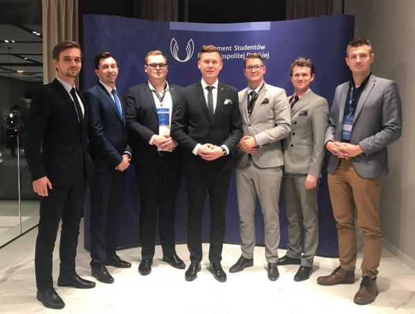 Dominik Leżański (w środku) po wyborach na przewodniczącego Parlamentu Studentów RP, foto. Łukasz Rusajczyk