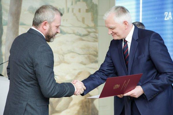 Dr hab. Paweł Rózga z PŁ podczas odbierania nagrody od ministra J.Gowina. fot. Przemysław Blechman MNiSW