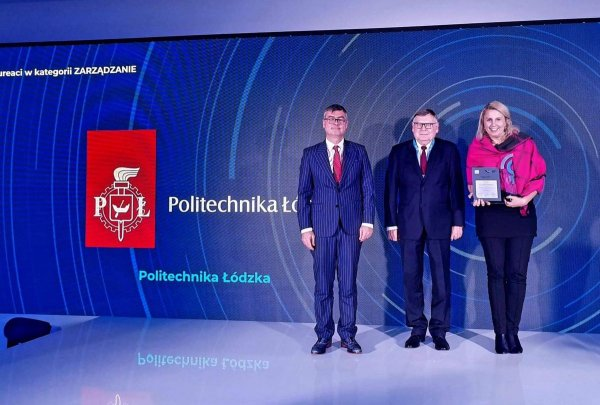 Dr inż. Dorota Piotrowska odbiera dyplom laureata w Konkursie LUMEN
