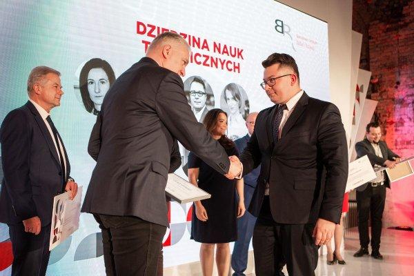 Dr inż. Szymon Szufa z PŁ odbiera gratulacje od ministra NiSW - Jarosława Gowina, foto. NCBR