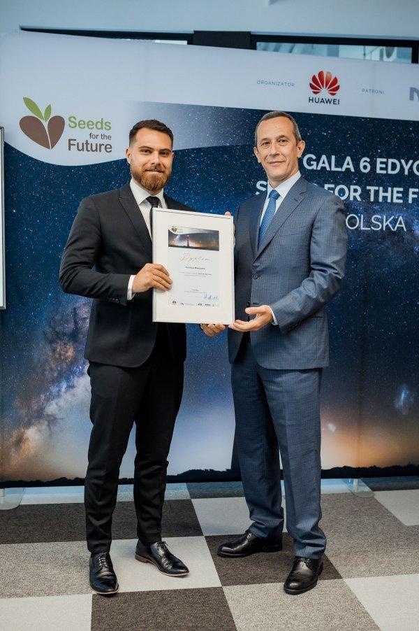 Laureat programu Seeds for the Future - Tomasz Mielczarek od lewej i Radosław Radosława Kędzia, wiceprezesa Huawei