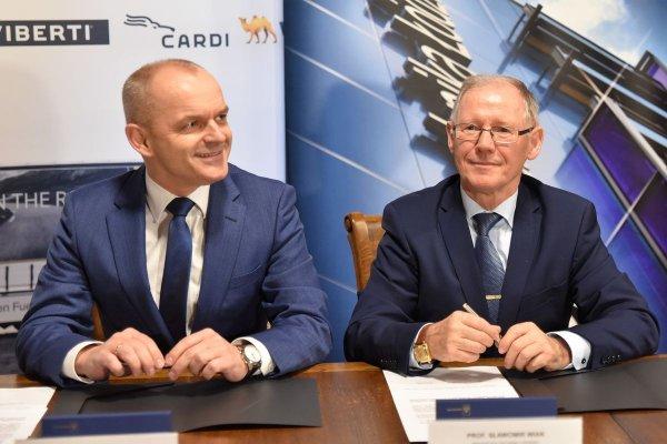 Od lewej:prezes Zarządu Wielton S.A. Mariusz Golec i prof. Sławomir Wiak rektor Politechniki Łódzkiej,  fot. Filip Podgórski