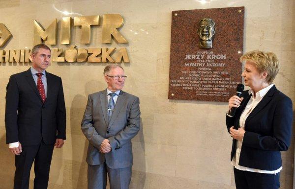 Odsłonięcie tablicy pamiątkowej prof. Jerzego Kroh w MITR PŁ, od prawej prezydent H.Zdanowska, prof. S.Wiak, J.Kroh, syn . Fot. Jacek Szabela PŁ