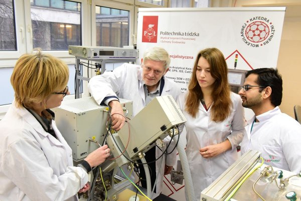 Prof. Jacek Tyczkowski z PŁ podczas pracy w laboratorium z zespołem, fot. Jacek Szabela