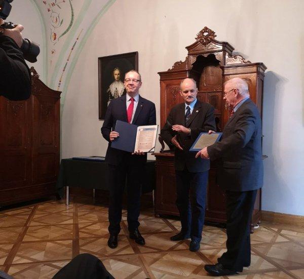 Prof. Tomasz Kubiak, dziekan Wydziału Mechanicznego PŁ odbiera dyplomy KAUT