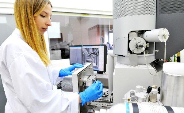 Studentka w laboratorium PŁ, fot. Jacek Szabela
