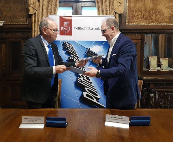 Sygnatariusze umowy - prorektor prof. Ireneusz Zbiciński oraz prezes Andrzej Wróbel, fot. Jacek Szabela