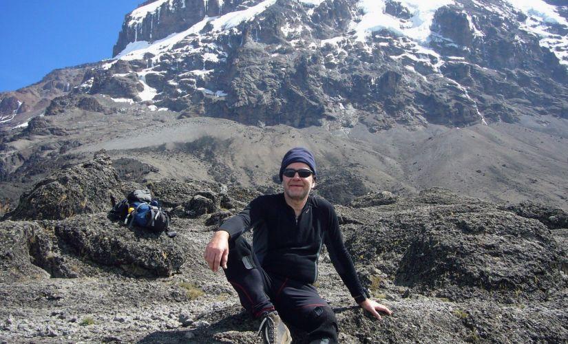 prof. J.Banasiak na tle masywu Uhuru Peak (Kilimandżaro), fot. arch. prywatne