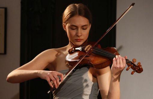 Kaya Kotarska podczas występu na koncercie Muzyka na Politechnice
